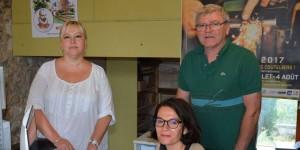le-personnel-de-la-communaute-de-communes-avec-dragan-prepose-aux-billets-de-train